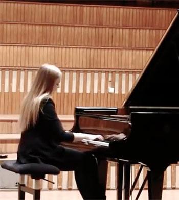 Klaudia perform Chopin piano